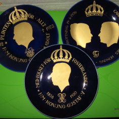 Trei FARFURII DE COLECTIE din portelan fin HACKEFORS decorat cu aur, cu efigii ale monarhilor suedezi / numar de serie / Pret pentru toate trei, Decorative