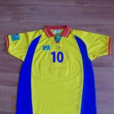 Tricou echipa fotbal, XS, Nationala, Romania, Maneca scurta - Tricoul de retragere al lui Gheorghe Hagi, semnat de fotbalist la data 21-aprilie-2001, pastrat in conditii excelente, cu certificat de autenticitate