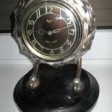 Ceas de mana - Ceas de masa sovietic Majak in stil Art- Deco pe stativ metalic si sticla slefuita gen cristal in stare de functionare.