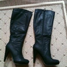 Cizme dama - Cizme negre noi cu platforma inalte pana la genunchi imitatie piele marime 36 cu fermoar lateral.