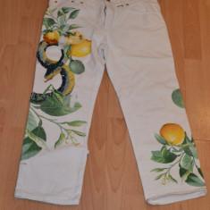 Blugi dama Roberto Cavalli, Drepti, 3/4, Cu aplicatii - Deosebiti blugi albi trei sferturi de la Roberto Cavalli, originali, model lemon