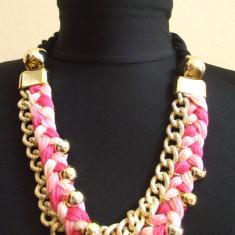 Colier auriu impletit cu material textil / roz