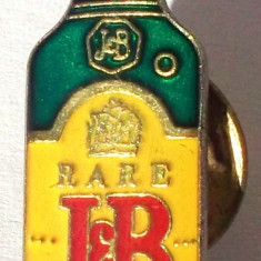 T3. INSIGNA TIP PIN RECLAMA LOGO STICLA WHISKY SCOTCH J & B - 33 x 10 mm **