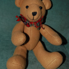 Ursulet de plus - Ursulet / urs din material textil, cu nasturi la maini si pisioare, cu fundinta, foarte simpatic, 33 cm