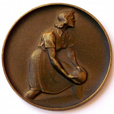 Medalie vintage femeie si bila de popice / bowling, sport - 50 mm ** - Medalii Romania, An: 1960