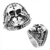 Inel din oţel în nuanţă argintie, craniu lucios cu cruce, lanţuri, patină