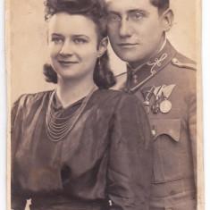 Fotografie tip CP 1913 ofiter cu decoratii+frumoasa sotie Ungaria Austria - Fotografie veche
