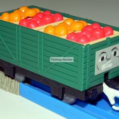 TOMY - Thomas and Friends - TrackMaster - Vagon verde incarcat cu fructe - Trenulet de jucarie Tomy, Plastic, Unisex