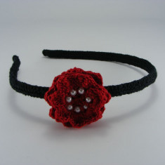 Cordeluta neagra cu floare rosie si bilute albe de dama crosetata manual Buticcochet - Coronita